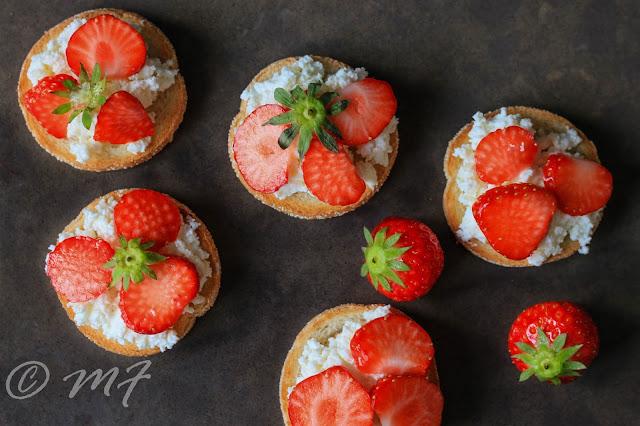 Tartine cu brînză și căpșuni