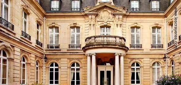 Detalles en la fachada principal del chateau