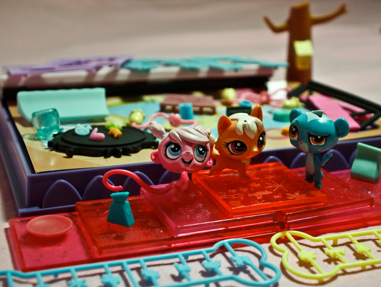 some of the contents and accessories in the littlest pet shop style set
