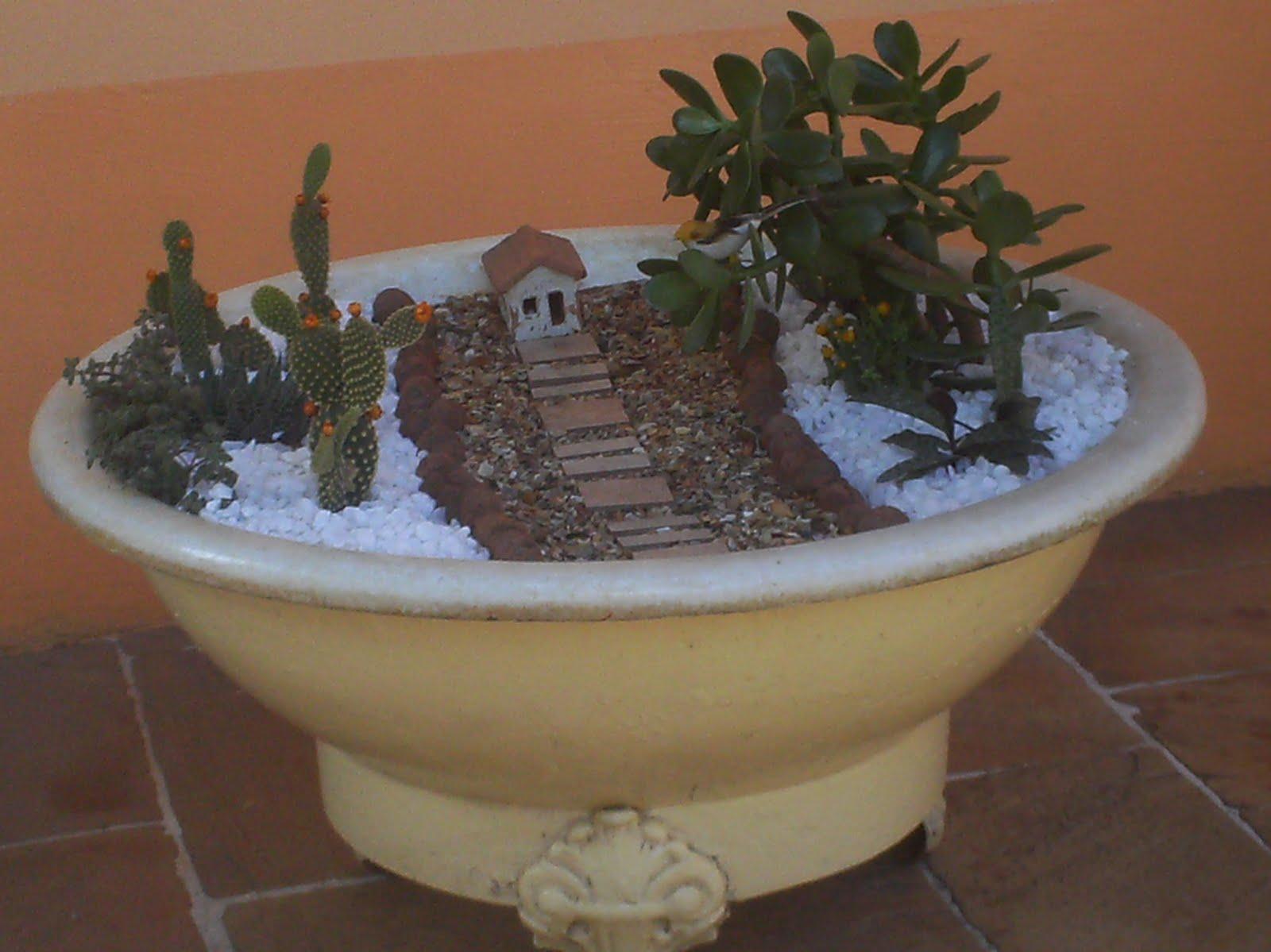 mini jardim suculentas:Plantarte Claudio: Mini Jardim com Suculentas em Bidê de Ferro