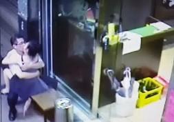 คู่หนุ่มสาวเมาแล้วเอากันหน้าร้าน พนักงานหญิงประจำเค้าเตอร์เห็นถึงกับต้องรีบเดินหนี