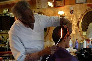 Serem Gan ! Tukang Cukur Aneh, Pangkas Rambutnya Pakai Api Bukan Gunting