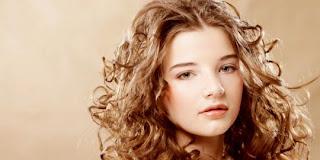 6 Cara Mudah Merawat Rambut Keriting
