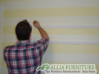 membuat grafis garis warna di dinding rumah