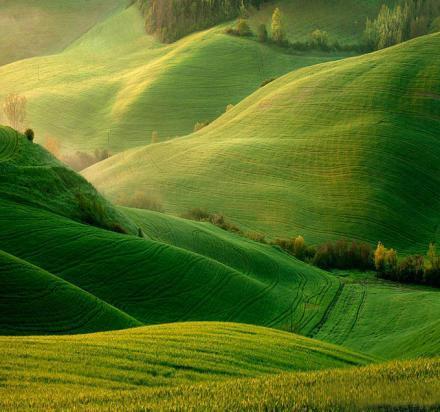 在修行的路途當中,就像爬山一樣,一坡一坡的,也許爬一段路以後,覺得累了,會停下腳步,然後再往上爬;因為修行是為了走更遠的路,為了爬更高的山。可是也許休息以後,會因此而鬆懈,就「退」了下來,有時候「退」還好,「轉」了就糟糕;修行如果有這樣的心態,應該趕緊自我調整,再追上來。如果感到修行有疲憊感時,要能夠自我挑戰,要能夠戰勝明天的自己;除了戰勝今天的自己以外,還要戰勝明天的自己,那才是最大的敵人,是成就的最大障礙。