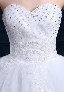 Vestido de novia estilo princesa, escote corazón, lentejuelas en el pecho y flores en la cintura