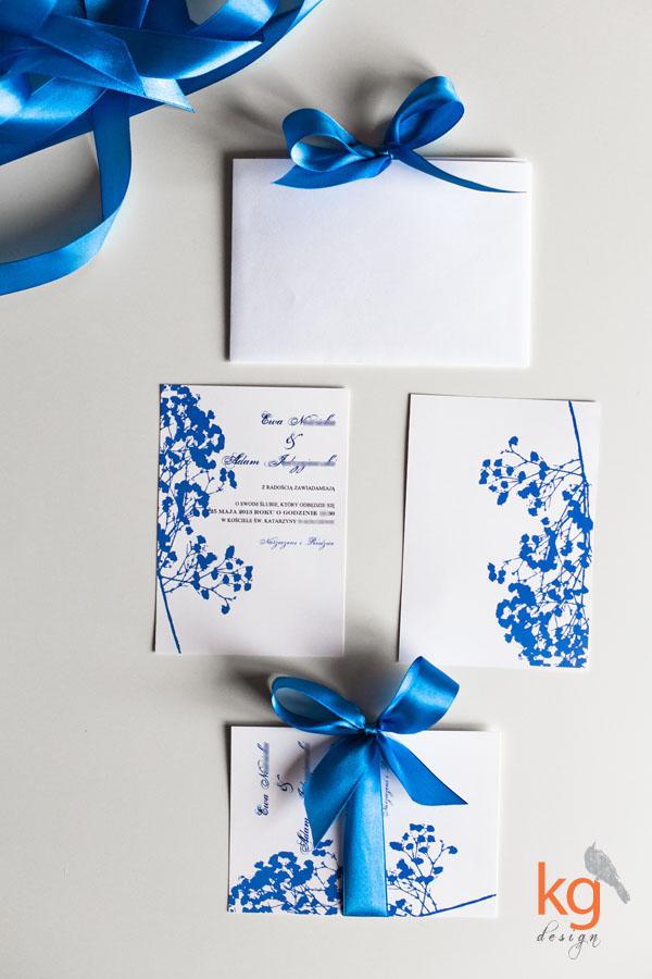 delikatne nietypowe, oryginalne, zaproszenia ślubne, zawiadomienia na ślub, zaproszenie ze wstążką, kolorystyka morska, zaproszenie na wesele i ślub nad morzem, niebieski, granatowy, błękitny, fuksja, odcienie fuksji, zaproszenie z motywem gipsówki,