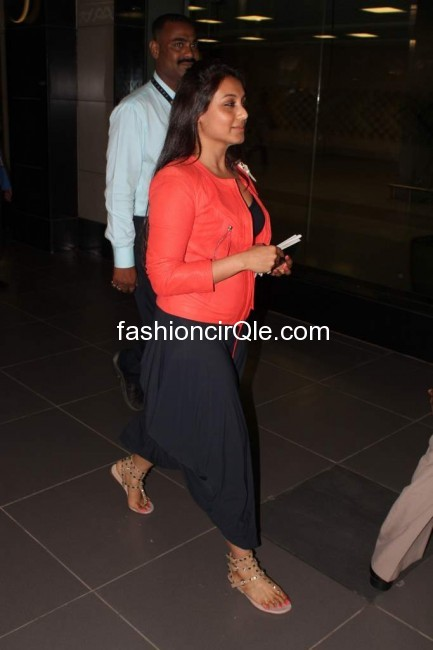Rani mukherjee is comfortable yet cute in these black harem pants and a coral top - Rani Mukherjee at airport in black harem pants