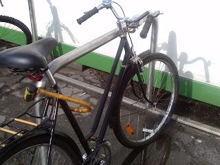 rower przypięty za wspornik siodła