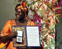 Wangari Maathai recebe o Prêmio Nobel da Paz, em 2004