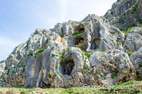 St Pierre kilisesi etrafındaki oyuklar ve tüneller, Hatay