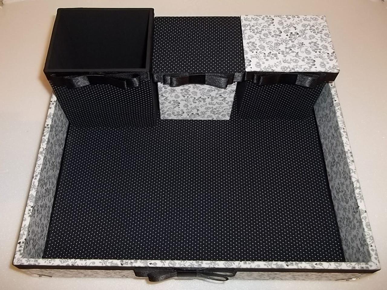 #80634B kit com bandeja e 03 potes para banheiro em preto e branco com pés em 1280x960 px fotos de banheiros decorados preto e branco