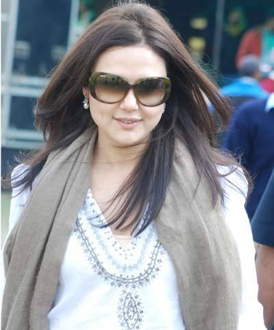 Shahid Kapoor And Katrina Kaif Kissing Preity Zinta Old Wallp...