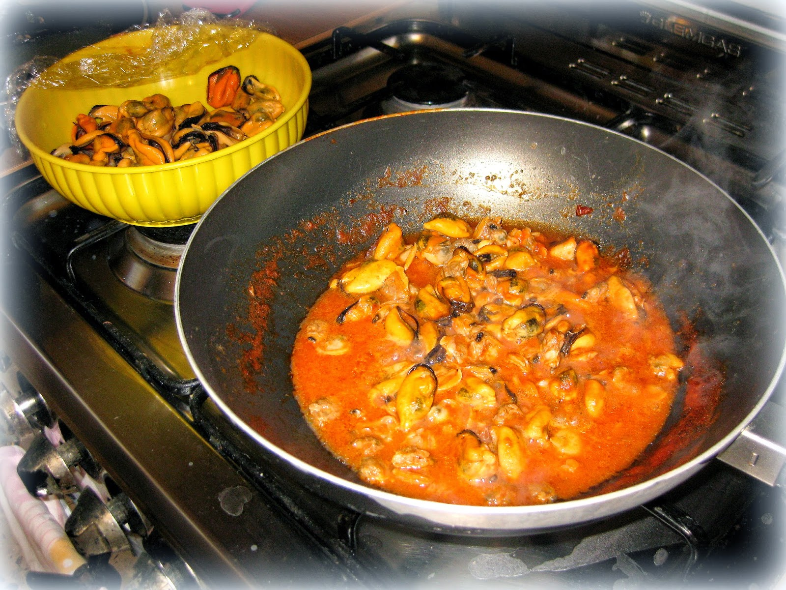 La ricetta degli spaghetti allo scoglio con cozze e vongole è perfetta per il pranzo della domenica.