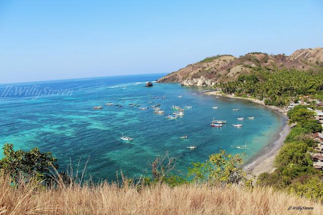 インドネシア共和国(インドネシアきょうわこく)、通称インドネシアは、東南アジア南部に位置する共和制国家。首都はジャワ島に位置するジャカルタ。 5,110kmと東西に非常に長く、また世界最多の島嶼を抱える国である。赤道をまたがる1万8,110もの大小の島により構成されるが、この島の数は人工衛星の画像から判別したものであり、正確な島の数はインドネシア政府すら把握していない[2]。人口は2億3000万人を超える世界第4位の規模であるが、その大多数はイスラム教徒であり、世界最大のイスラム人口国としても知られる。 島々によって構成されている国家であるため、その広大な領域に対して陸上の国境線で面しているのは、ティモール島の東ティモール、カリマンタン島(ボルネオ島)のマレーシア、ニューギニア島のパプアニューギニアの3国だけである。海を隔てて近接している国は、パラオ、インド(アンダマン・ニコバル諸島)、フィリピン、シンガポール、マレーシア、オーストラリアである。 東南アジア諸国連合(ASEAN)の盟主とされ、アセアン本部もインドネシアの首都ジャカルタにある[3]。そのため、2009年以降、アメリカ、中国など50か国あまりのASEAN大使が、ASEAN本部のあるジャカルタに常駐[4]。日本も、平成23年5月26日、ジャカルタに東南アジア諸国連合(ASEAN)日本政府代表部を開設し、ASEAN大使を常駐させている[5]。