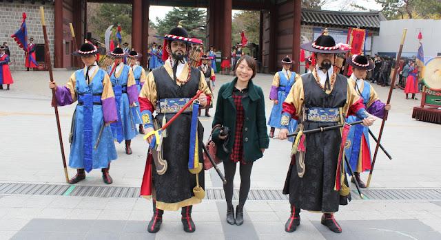 Foto con los guardias del palacio Deoksugung
