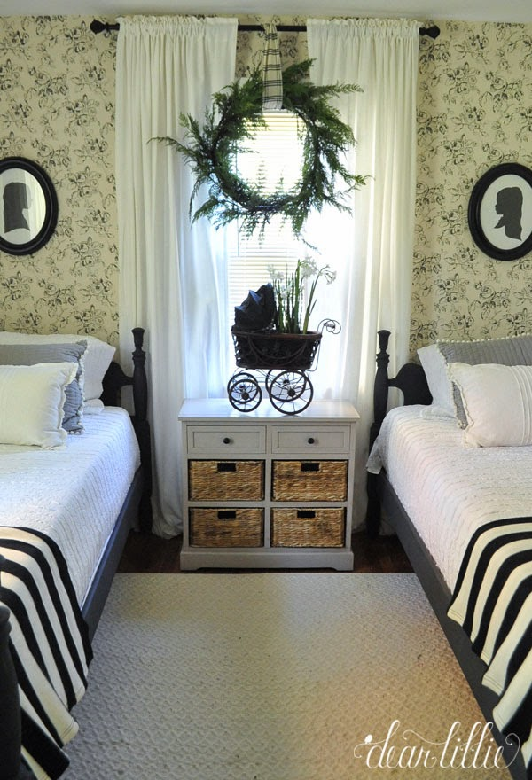http://dearlillieblog.blogspot.com/2014/11/new-england-christmas-bedroom.html
