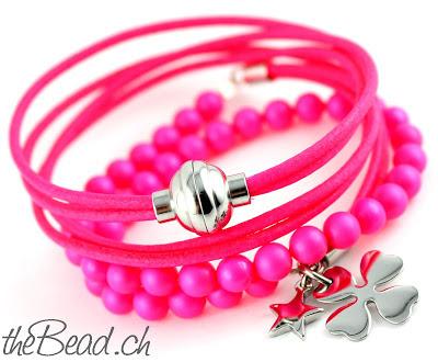 Damen Armband mit Anhängern in Neon Pink mit Glücksbringer