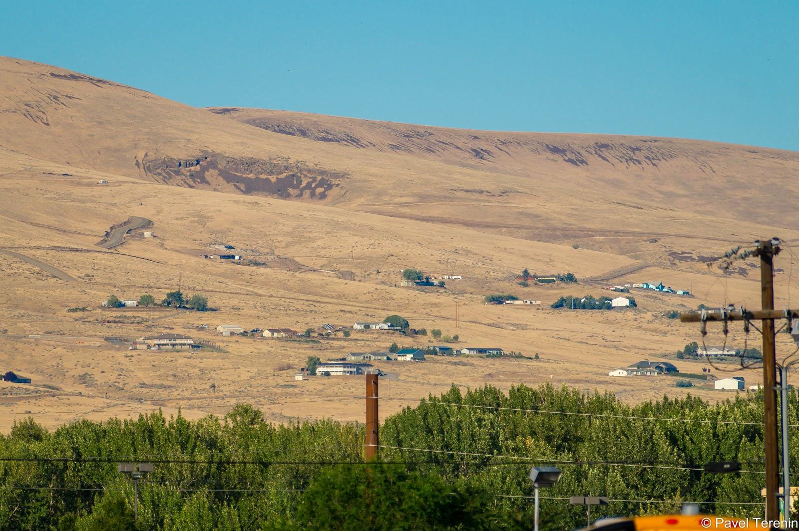 которые при ближайшем рассмотрении окзываются не такими уж и пустынными. Тут и там на холмах разбросаны жилые домики.