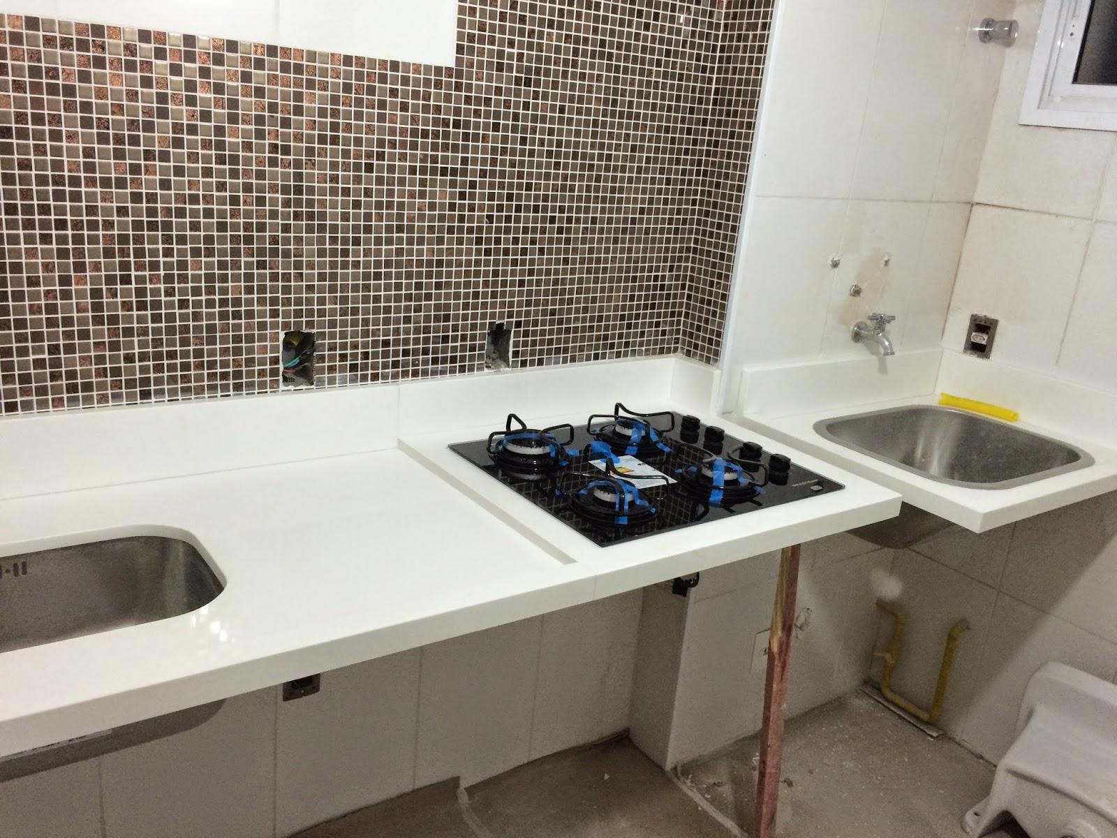 Apê 114: Bancada da Cozinha e Área de Serviço em Quartzo Branco #AD981E 1600 1200