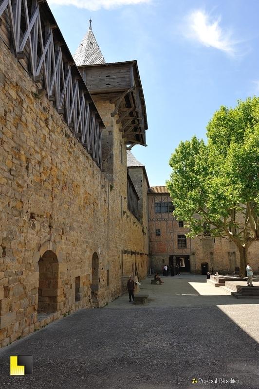 Valérie Blachier sous les hourds de la tour des casernes dans la cour d'honneur du château de Carcassonne photo pascal blachier