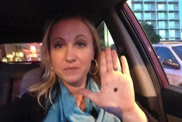 Si ves alguien con un punto negro en la palma de la mano, Llama a la policia!