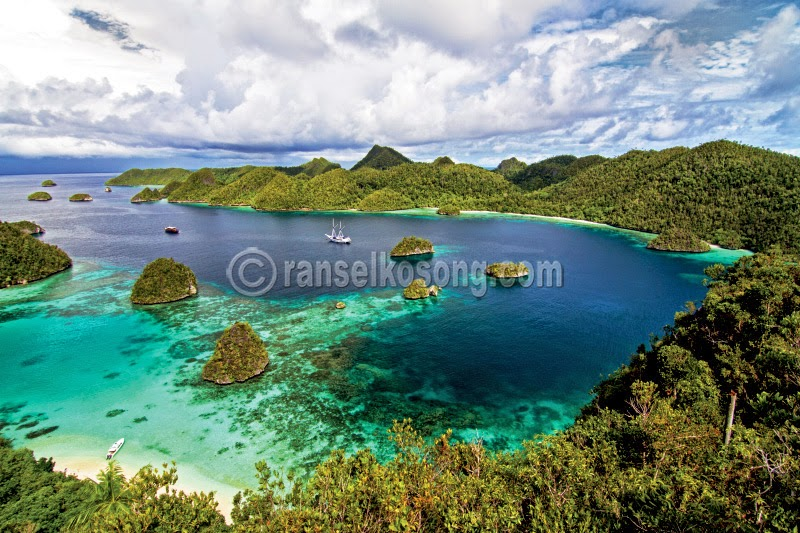 Raja Ampat, West Papua, Wayag, Waisai, Waigeo, Dive Spot, Misool, Raja Ampat Dive Spot, Manta Point, Dive in Raja Ampat, West Papua, Coral, World Coral Triangle, Segitiga Karang Dunia, Kalabia, Wobbegong, Schooling Fish, Reef Manta, Mike's Point, Blue Corner, Kuburan Reef, Misool Resort, Place to Sleep in Raja Ampat, Raja Ampat Explorer, backpacking to Raja Ampat, Festival Raja Ampat, stock photo; culture stock photo; indonesia stock photo; indonesia photo; foto wisata; daerah wisata indonesia; tourism indonesia; amazing place indonesia; place to visit in indonesia; travel photographer; assignment for photographer; culture photo of indonesia