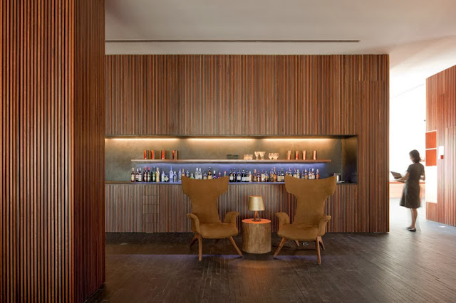 Revestimientos con listones de madera hotel l and - Madera paredes interiores ...