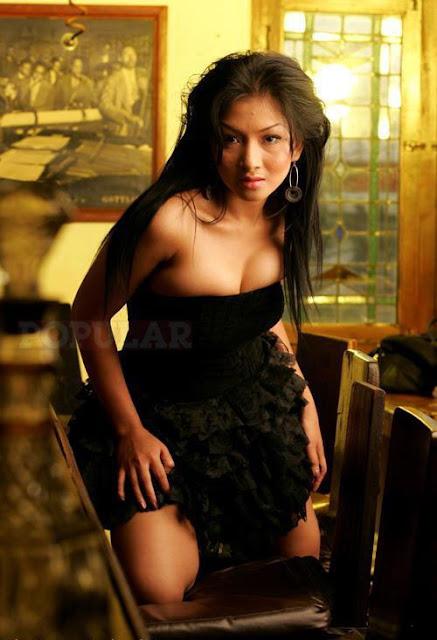Foto Hot Model Sexy Majalah Popular, Carien - Ada Yang Asik