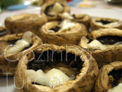 Cogumelos Grelhados com Queijo Halloumi (Hellim Peynirli Izgara Mantar)