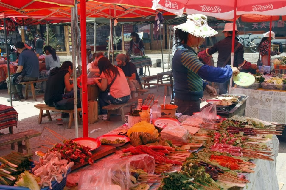 Shangri La - plaza casco viejo, puestos de comida a mediodía.
