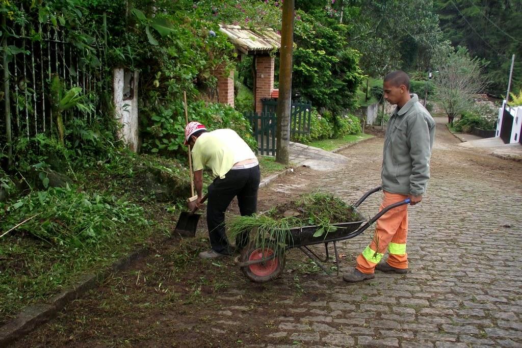 Capina e limpeza na Rua Reinaldo Viana, no Ingá