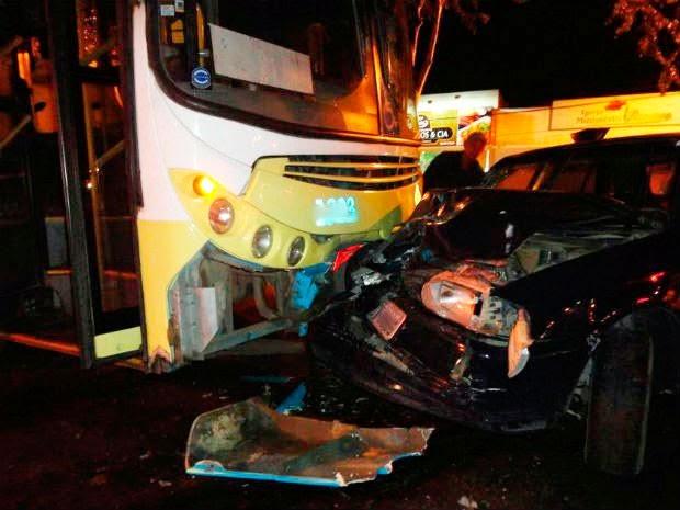 Acidente entre carro e ônibus deixou três pessoas feridas (Foto: Edvaldo Alves/ Site: Liberdade News)