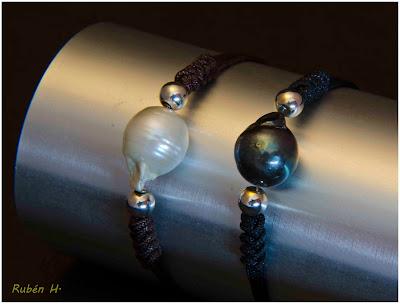 Pulsera en plata y perla natural barroca gris o negra, montada en cordón de nylon. Joyería artesanal personalizada