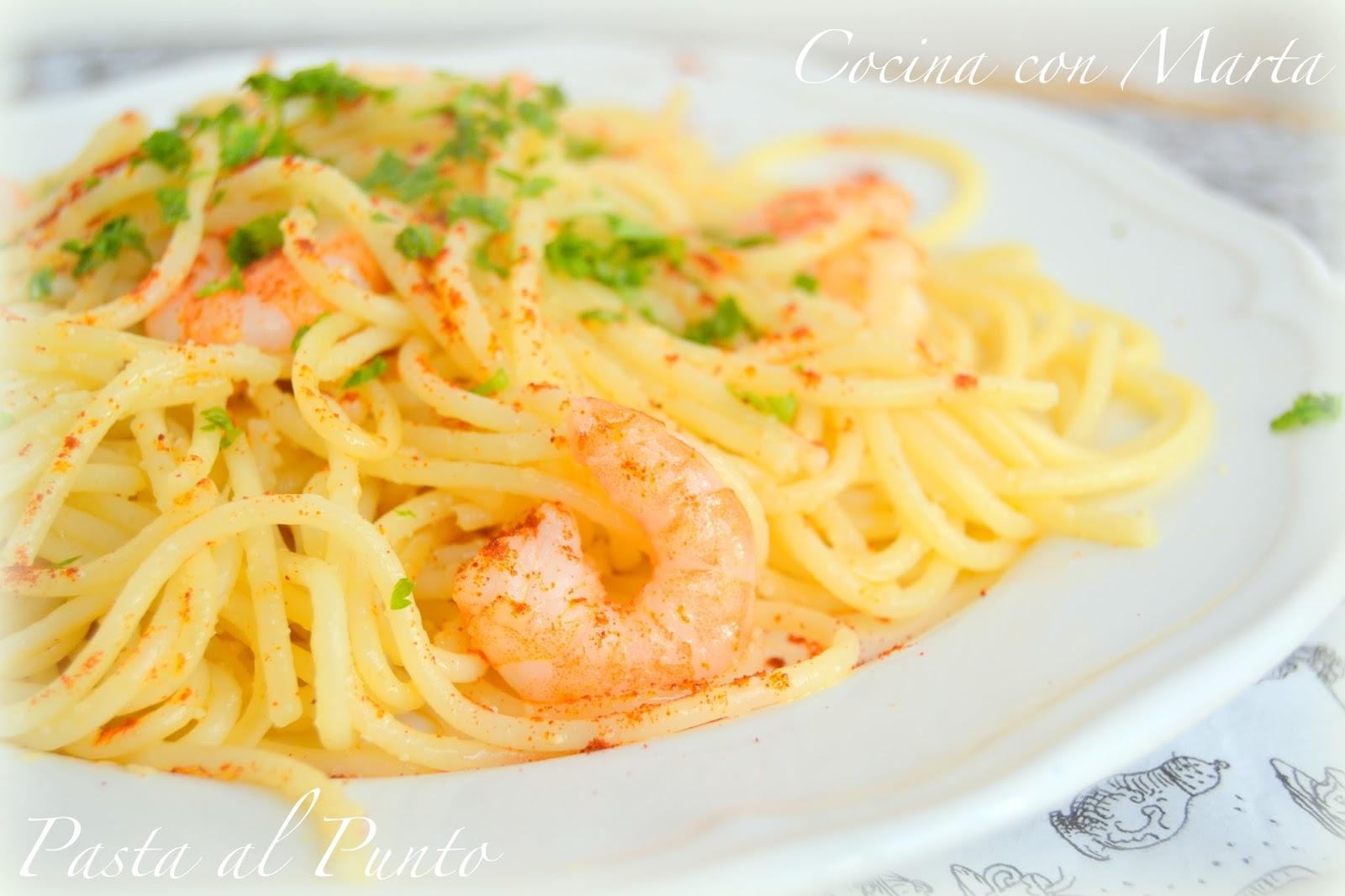 Pasta al punto, spaguettis, tallarines, con gambas o langostinos, ajo, perejil y pimentón.