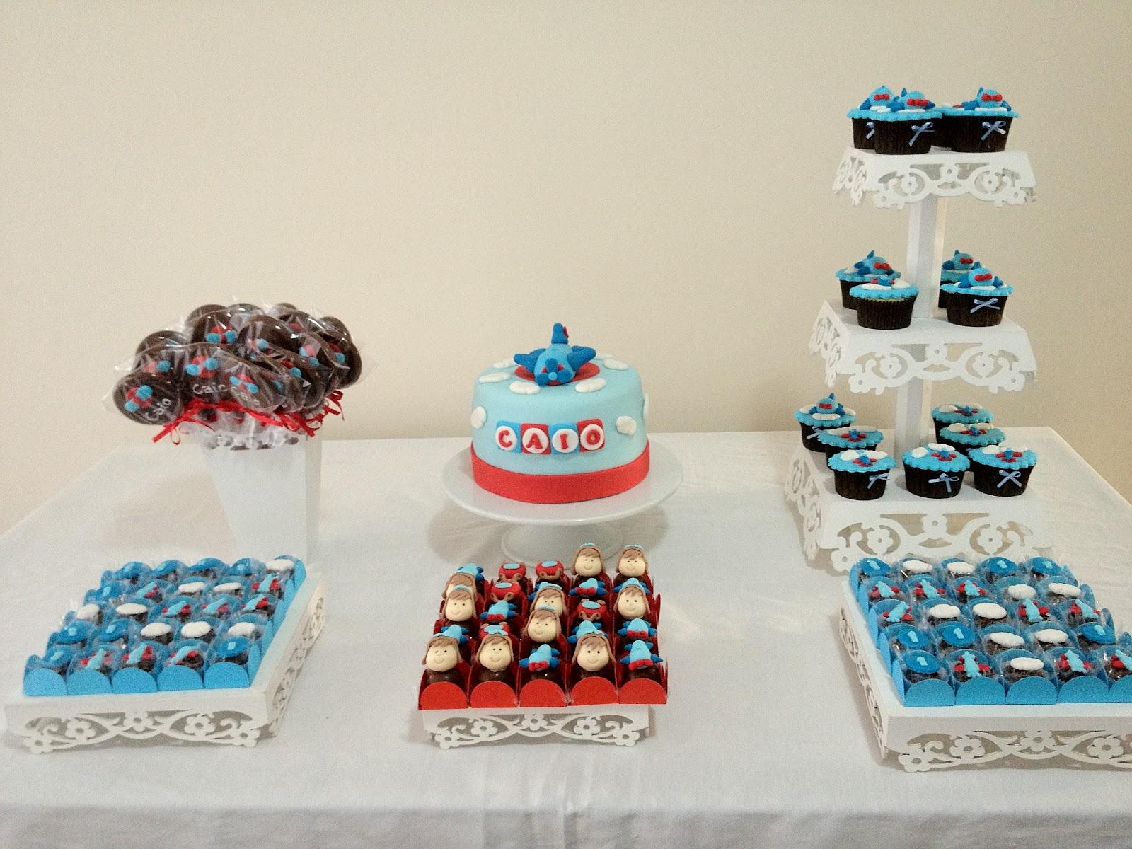 doces decorados batizado bolo cupcake trufa pirulito de chocolate brigadeiro