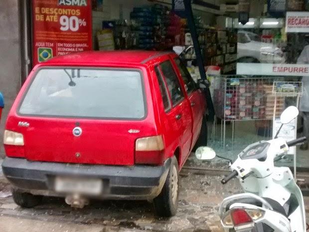 A polícia não soube informar a causa da batida. Mesmo com o impacto, ninguém se feriu. Parte da loja ficou destruída com o acidente (Foto: Uinderlei Guimarães/ Sulbahianews)