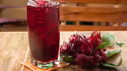 مشروب الكركديه ,كاس عصير كركديه ,ازهار الكركديه ,عصير طبيعي ,