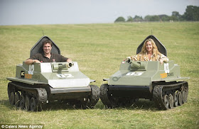 (Foto) Suami Istri Ini Hobi Koleksi Tank Dan Kendaraan Perang