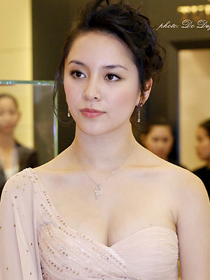 duong truong thien ly sexy boob cleavage 03
