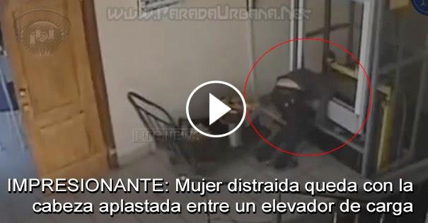 INSOLITO: Mujer distraida queda con la cabeza aplastada entre un elevador de carga