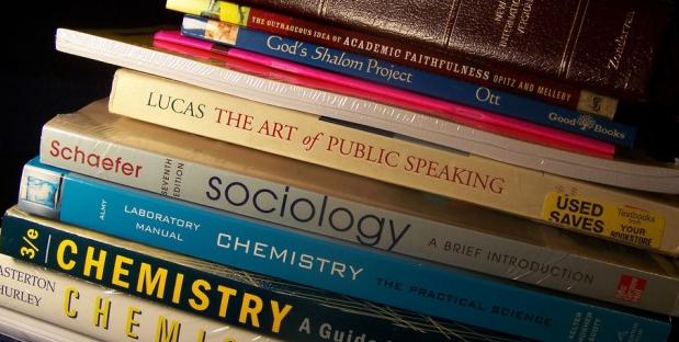 7 Cara Berhemat untuk Buku Kuliah