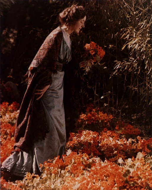 Carolyn Even Gledhill with Nasturiums, 1920 - autochrome by Edwin Gledhill #1920 #autochrome #woman