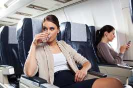 Minum Air Putih Mengatasi Telinga Berdengung Saat Naik Pesawat