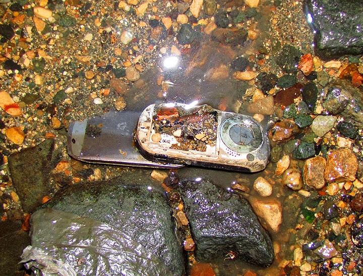 Мобильные телефоны в речке
