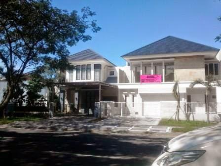 rumah rumah di jalan utama Perum Royal Residence