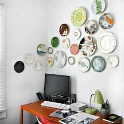 """Para quem gosta de pratos na parede: dicas da """"Casa da Calli"""" . ."""
