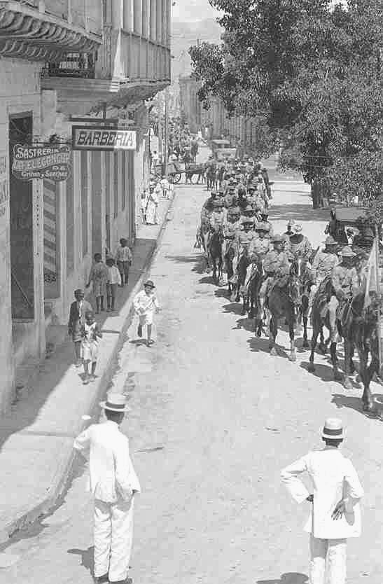 Desfile militar en una calle cubana en 1910