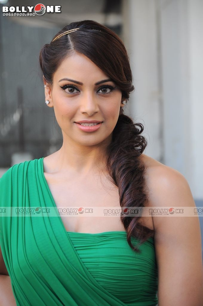 Bipasha Basu in Green Gown1 - Bipasha Basu in Green Gown at Dance India Dance Sets