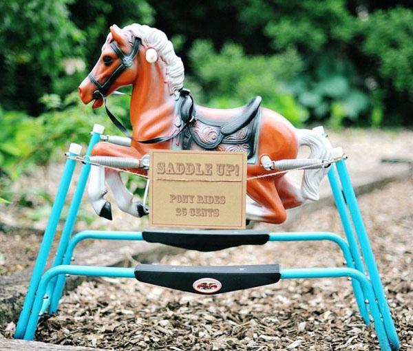 caballo de juguete en el jardin-fiesta cumpleaños country vintage